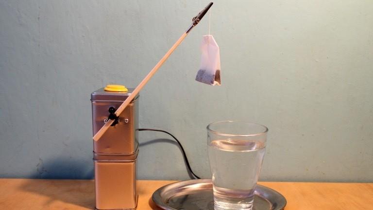 Ein Tee-Roboter mit einem Teebeutel.