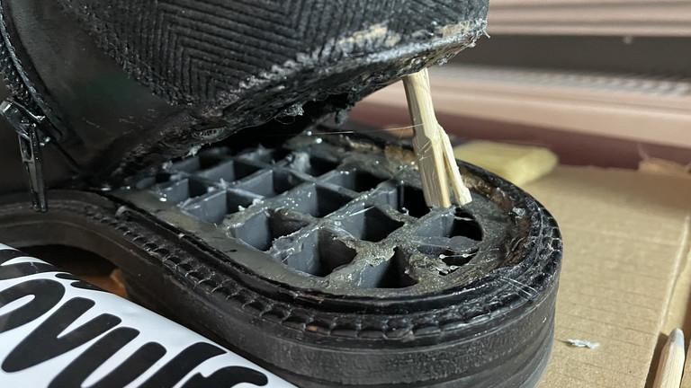 Schuhe, bei denen sich die Sohle gelöst hat