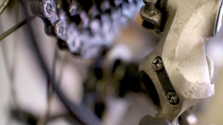 Sowohl die Endposition des Schaltwerk als auch des Umwerfer lassen sich über zwei kleine Schrauben adjustieren.
