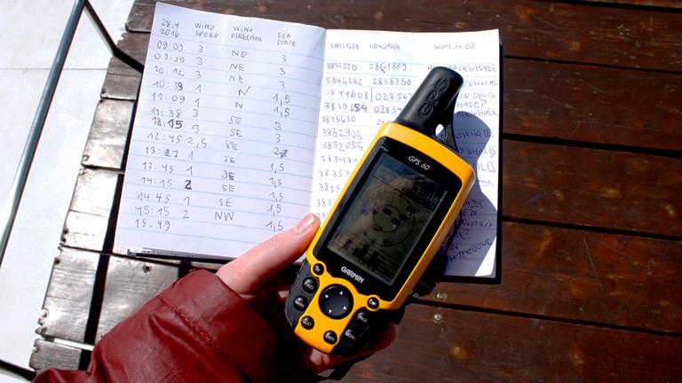Hand mit einem GPS-Gerät