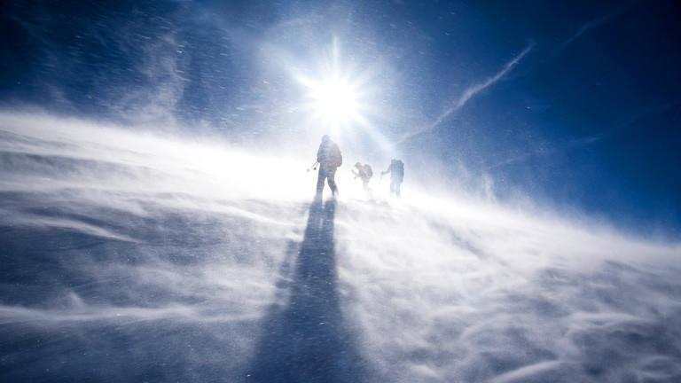 Menschen im Schneegestöber