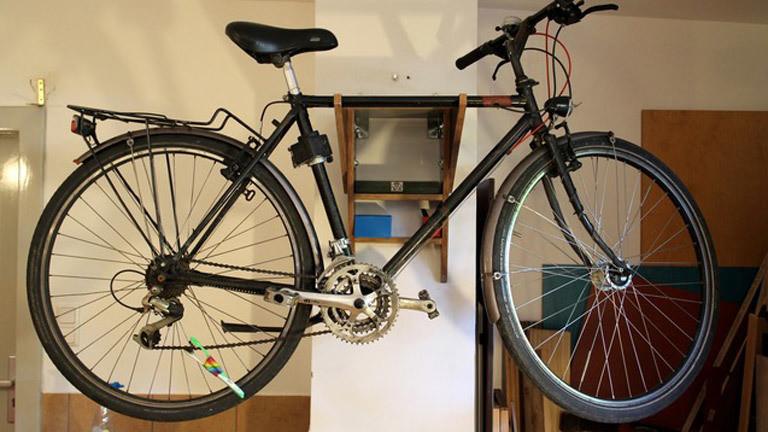 Ein Fahrrad hängt an der Wand