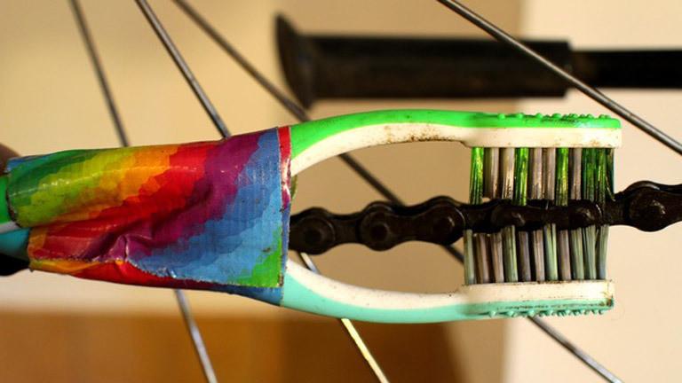 Zwei aneinandergeklebte Zahnbürsten zum Reinigen einer Fahrradkette
