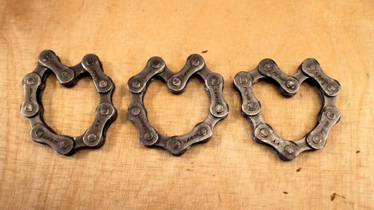 Drei Herzen aus Teilen einer alten Fahrradkette