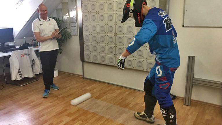 Mentaltrainer Michael Draksal mit einem Kunden, der auf Luftpolsterfolie läuft