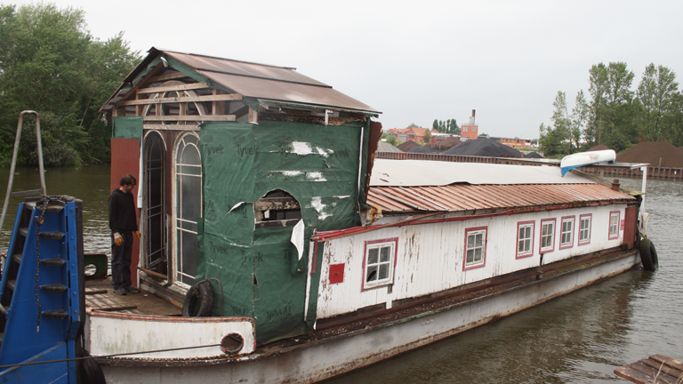 Ein sanierungsbedürftiges Hausboot