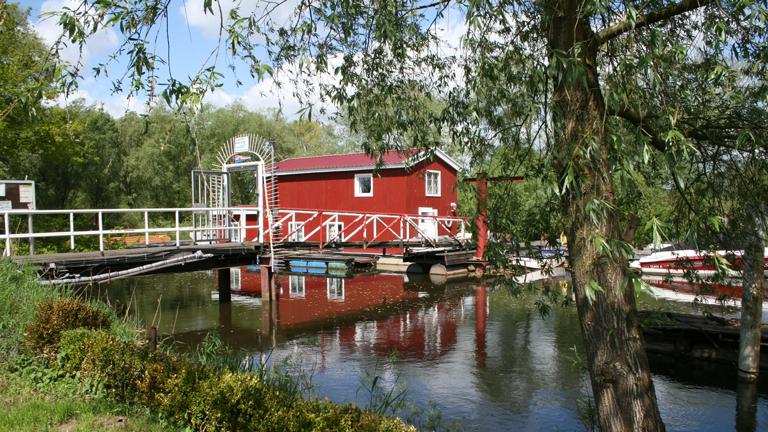 Das Hausboot der Familie Grigoleit im Yachthafen Ilmenau