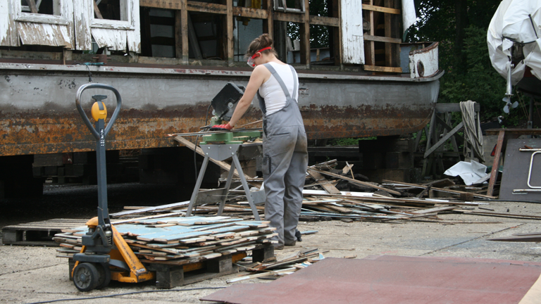 Jill Grigoleit beim Demontieren des alten Hausbootes.