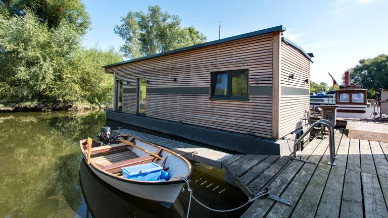 Außenansicht eines Hausboots