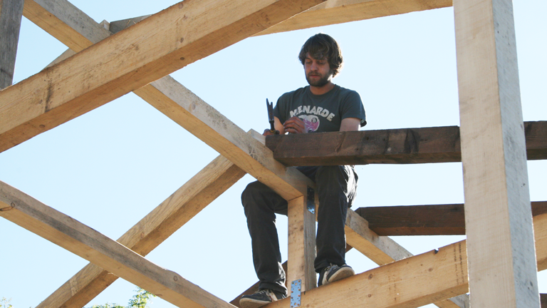Ole Grigoleit bei der Arbeit am Dachstuhl seines Hausbootes