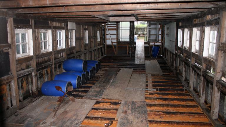 Sanierungsbedürftiges Hausboot von innen