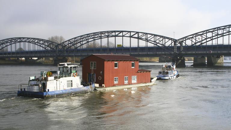 Hausbootumzug auf der Elbe