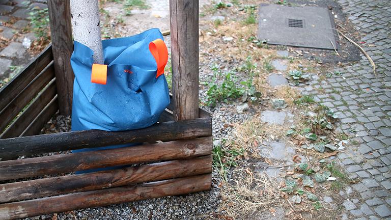 Ein selbstgemachter Baumbewässerungssack im Einsatz