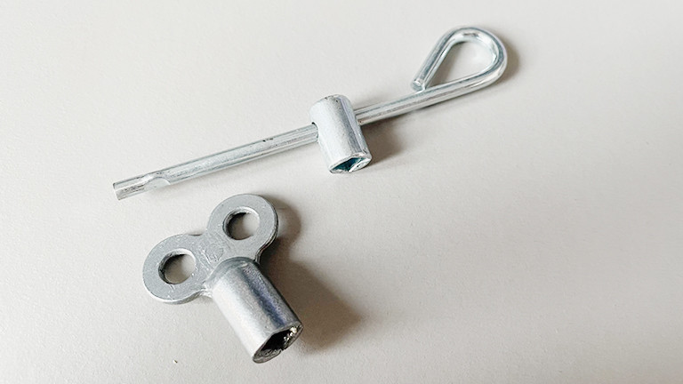 Zwei verschiedene Entlüftungsschlüssel für Heizungen