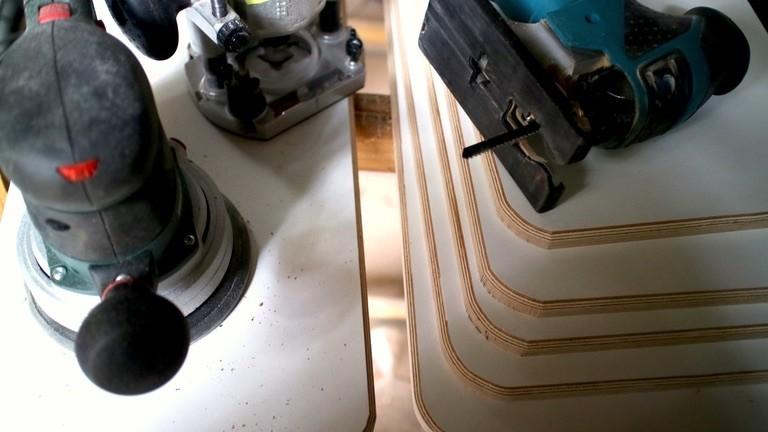 Netzbasteln #130 Mit Stichsäge, Oberfräse und gleich noch dem Exzenterschleifer bereitet Moritz ein halbes Dutzend 15mm- Multiplex-Reaglbretter vor.