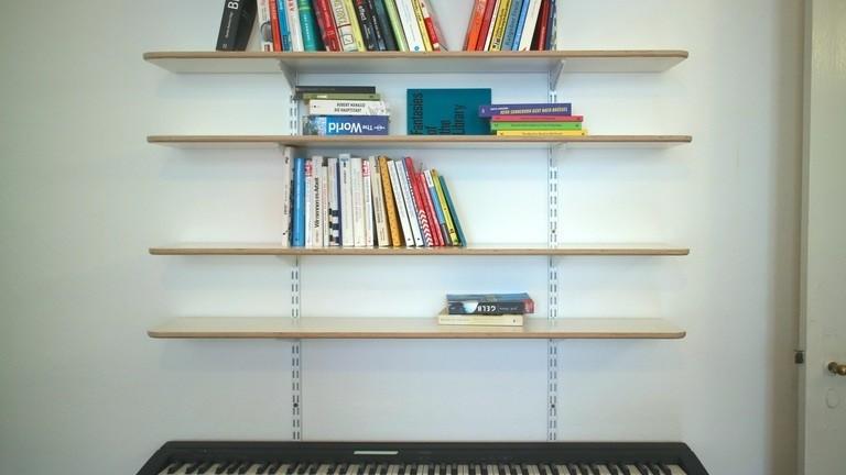Netzbasteln #130 Nur noch die Hälfte! Moritz räumt das neue Bücheregal gaaanz langsam ein.