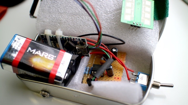 Arduino Batterie und Verstärker in einer Blechdose