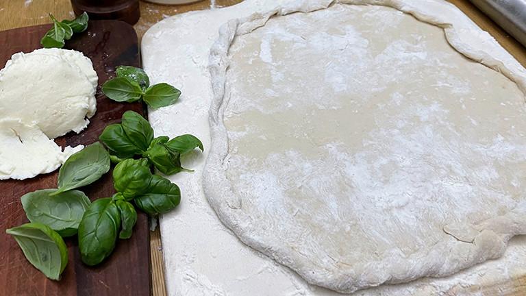 Ausgerollter Teig für eine DIY-Tiefkühlpizza
