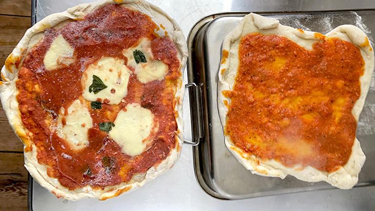 Links: selbstgemachte Tiefkühlpizza aus dem Eisfach, rechts: selbstgemachte Tiefkühlpizza kühlt nach vom Vorbacken ab