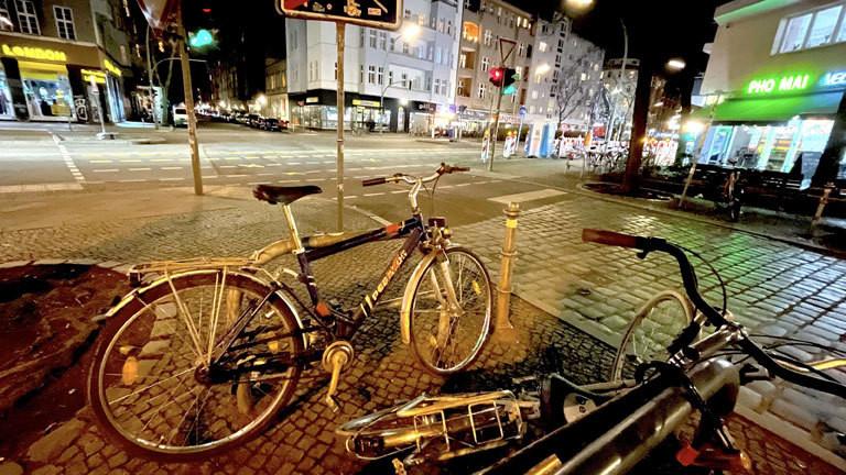 Ein unangeschlossenes Rad steht über Nacht auf einem öffentlichen Platz in Berlin Kreuzberg.