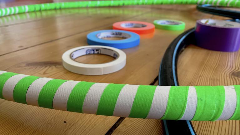 Moritz erster Reifen in Deutschlandfunk-Nova-Farben ist fertig - der zweite wird bestimmt noch gleichmäßiger gewickelt.