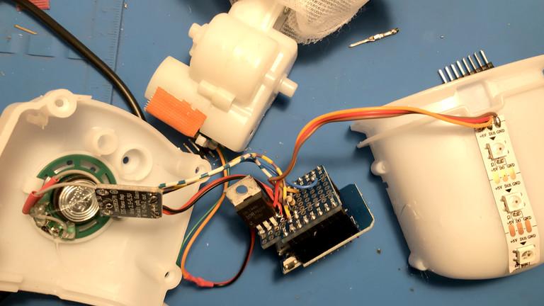 Netzbasteln #151: ESP8266-Microcontroller, einen MAX98357-Audiochip, einen IRLZ44N-Transistor zur Motor-Ansteuerung, WS2812b-LED-Streifen