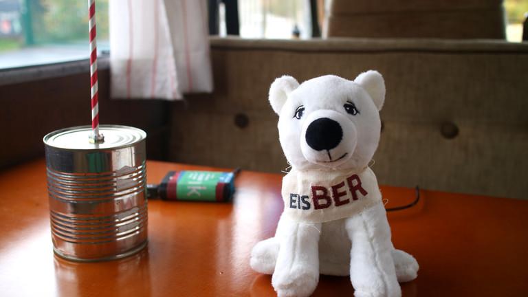 """Netzbasteln #151: Ein Stofftier-Eisbär mit Aufschrift """"EisBER"""" neben einer Konservendose"""