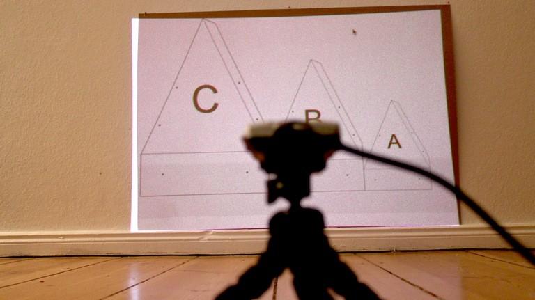 Zum Anzeichnen projiziert Moritz die Schnittlinien mit einem Laserbeamer auf den Pappkarton