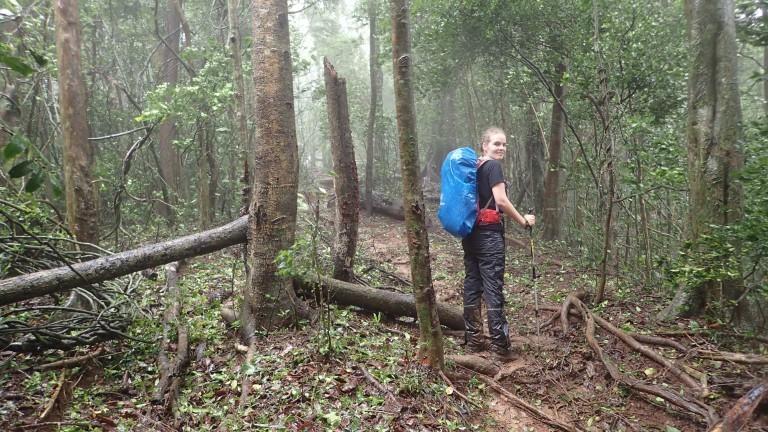 Ella, die Freundin von Mark Scherz, im Regenwald.