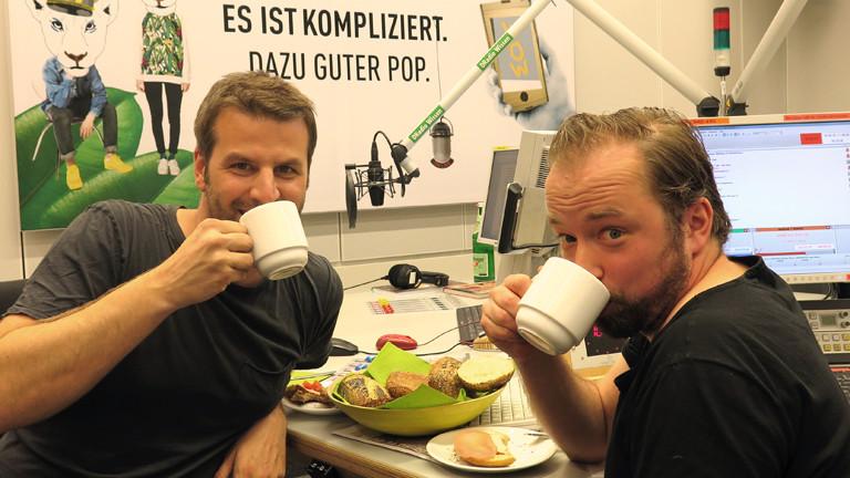 Fotograf Holger Talinski zu Gast im Studio beim Frühstück mit DRadio-Wissen-Moderator Ralph Günther.