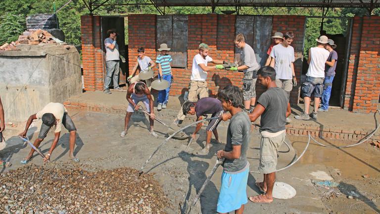 Kinder und Jugendliche helfen in Nepal
