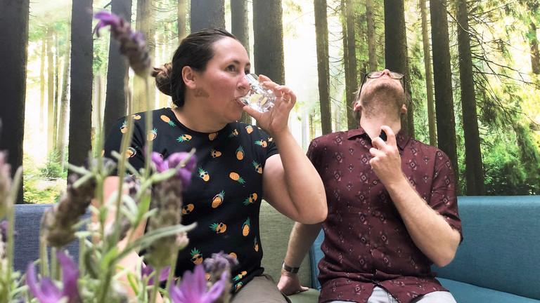 Moderatorin Tina Howard testet alkoholfreien Gin, Reporter Christian Schmitt Lavendelwasser.