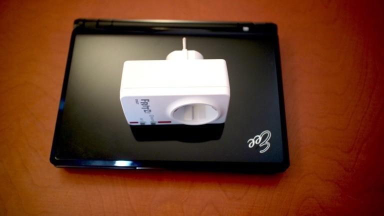 Mikros raus! Diese smarte Funksteckdose sowie ein altgedientes Netbook kommen auf den OP-Tisch.