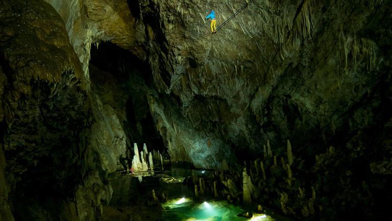 Die tiefste Highline der Welt: 500 Meter unter der Erde in der Höhle Gouffre Berger in der Nähe von Grenoble. Eine 85 Meter lange Highline quer durch den Salle de Treize.