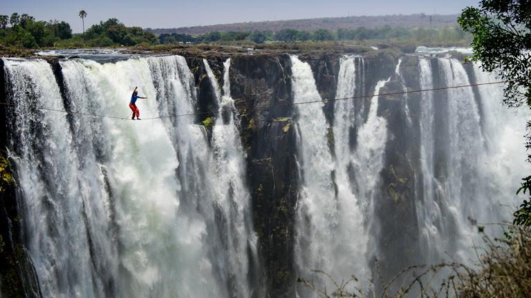 Victoria Fälle, Zimbabwe 2014: Die erste Überquerung der Wasserfälle auf einer fast 100 Meter langen und mehr als 100 Meter hohen Slackline.