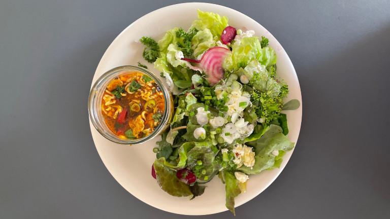 DIY-Instantsuppe mit Salat auf Teller