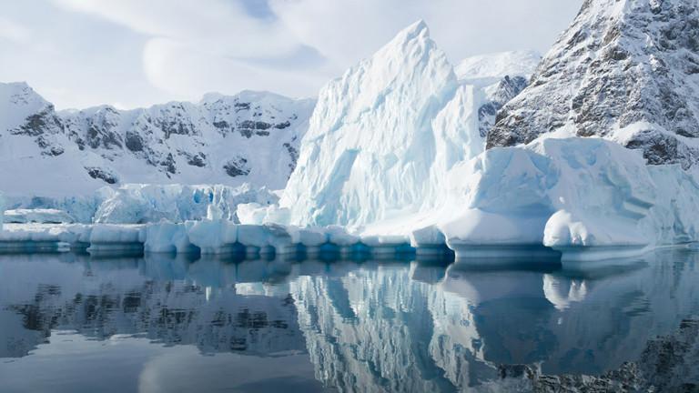 Eisberg spiegelt sich im Wasser