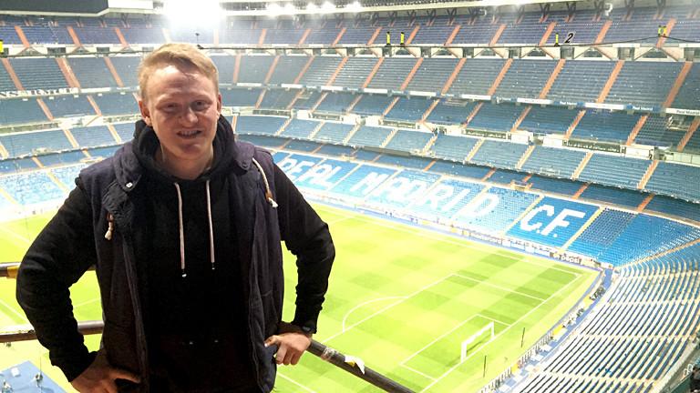 Mann in einem leeren Fußballstadion