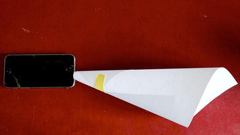 Handy mit Papiertrichter