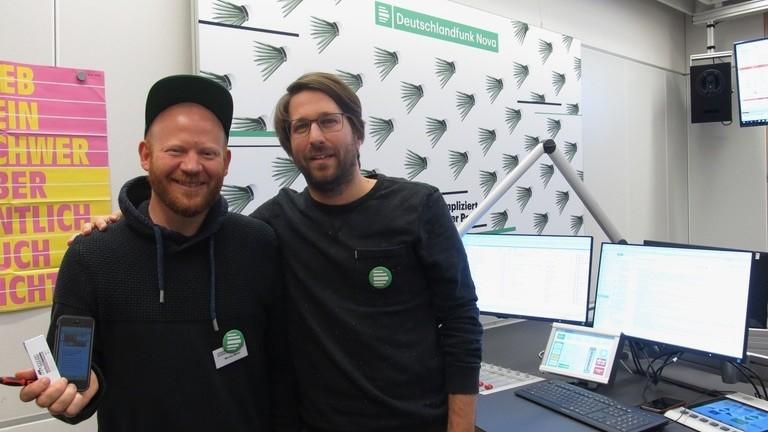 Moritz Metz zusammen mit Moderator Sebastian Sonntag im Deutschlandfunk-Nova-Studio