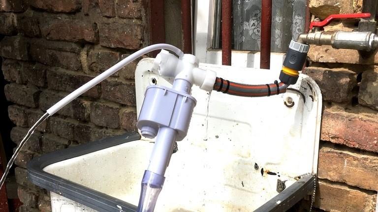 Das Toilettenkasten-Einlaufventil im Vorab-Test bei der Bastelwerkstatt. Der kleine, weiße Schlauch wird angezapft.
