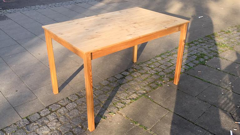 Ein Holztisch