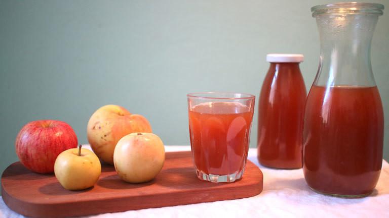 Frisch gepresster Apfelsaft im Glas.