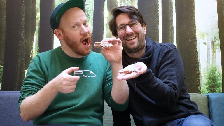 Zwei Männer essen Kekse