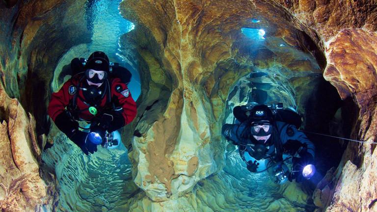 Zwei Taucher in einer Höhle