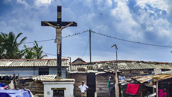 Ein Kreuz mitten in einem katholischen Fischerdorf nahe Colombo.