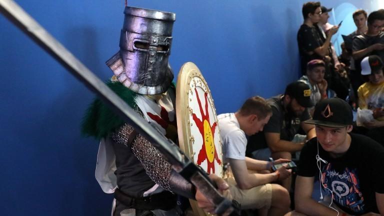 Wartende auf der Gamscom, einer der Wartenden trägt eine Ritterrüstung.