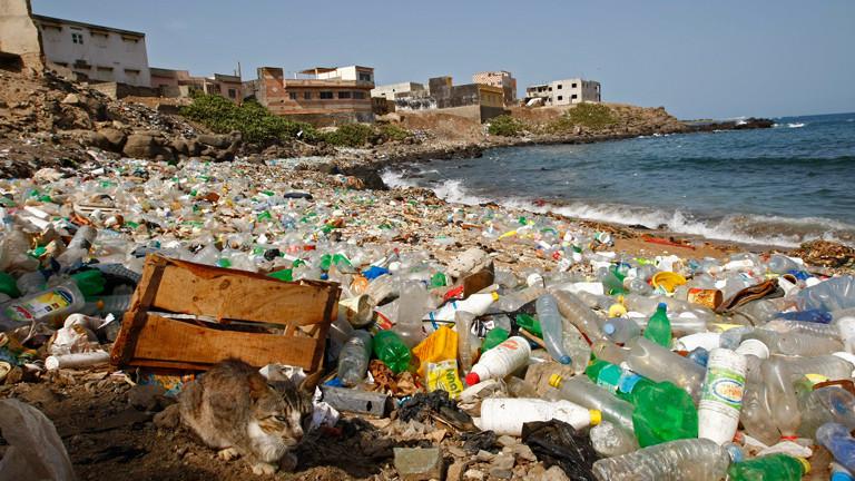 Plastikmüll am Strand bei Dakar. Unglaublich aber wahr: In der Nordsee liegt, schwimmt und schwebt irre viel Müll. Auch andere Meere und Ozeane sind schwer verschmutzt.