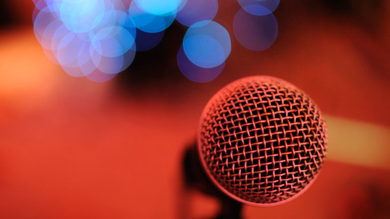 Ein Mikrofon auf einer Bühne.