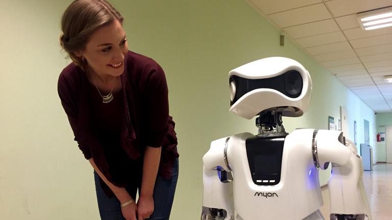 Tapfertyp Ariana trifft Roboter Myon in Berlin.